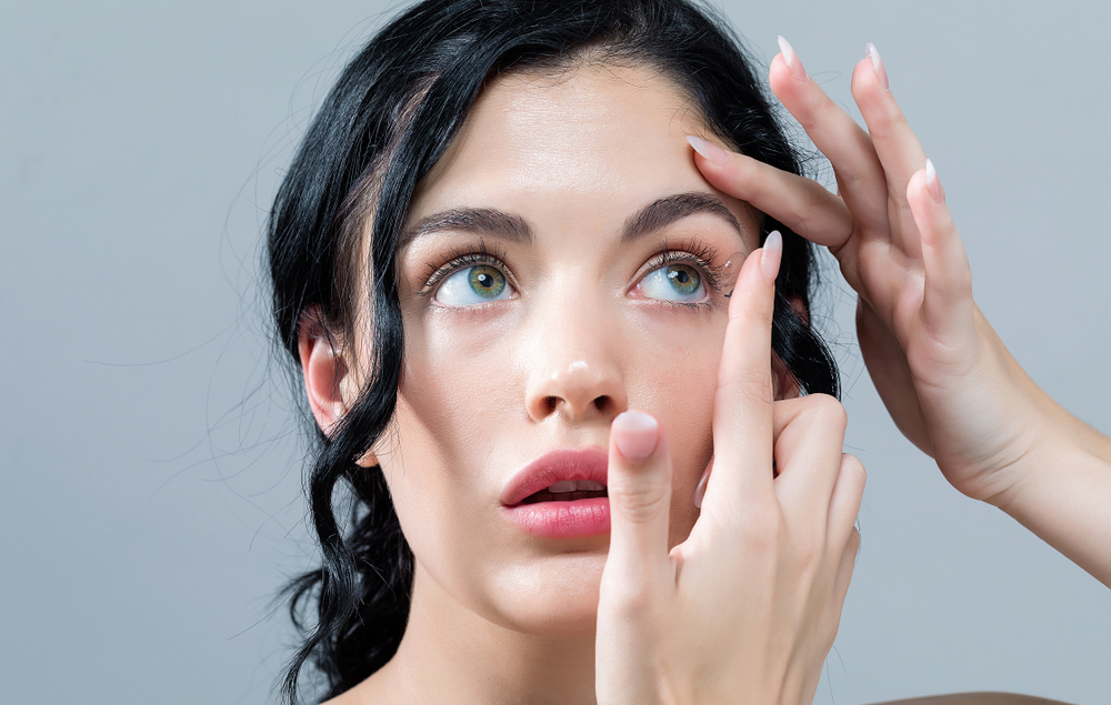how to put in contact lens